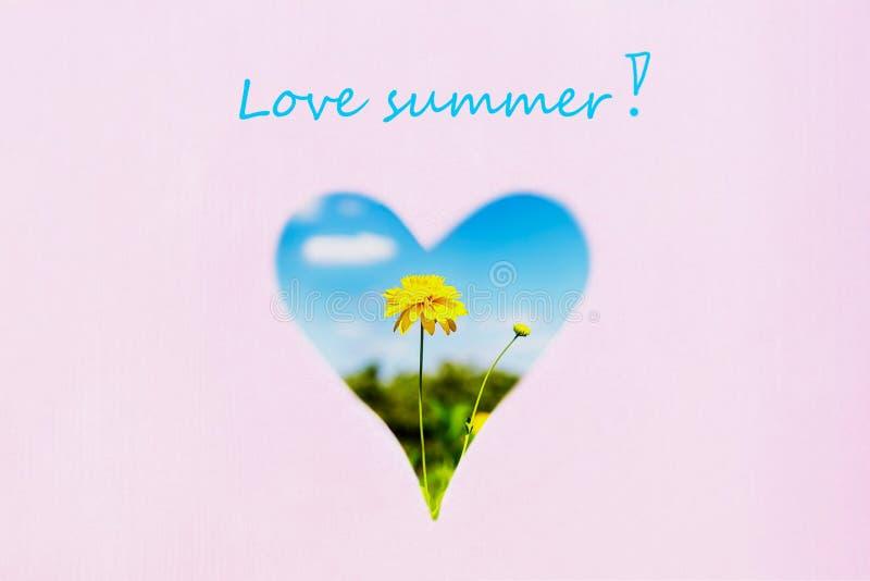 Κίτρινοι λουλούδι και μπλε ουρανός στη μορφή καρδιών Υπόβαθρο κρητιδογραφιών, διάστημα αντιγράφων Θερινή επιγραφή αγάπης ελεύθερη απεικόνιση δικαιώματος
