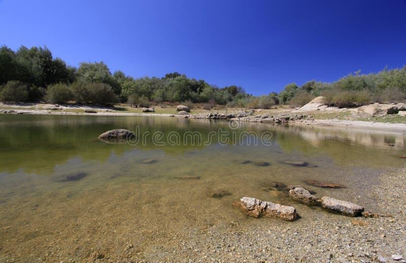 Καθαρίστε και ηρεμήστε το φράγμα νερού σε ένα θερινό απόγευμα στοκ φωτογραφίες
