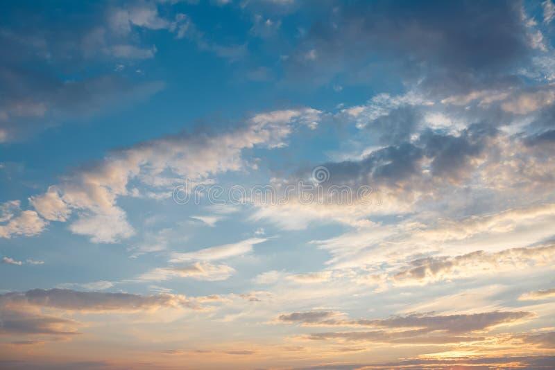 Καθαρός ουρανός της εποχής άνοιξης στο ηλιοβασίλεμα στοκ εικόνα με δικαίωμα ελεύθερης χρήσης