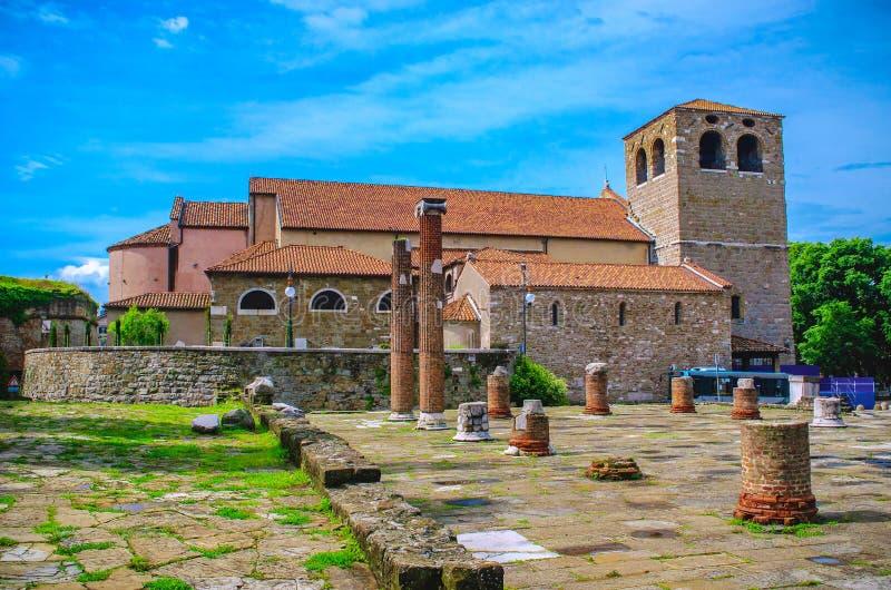 Καθεδρικός ναός SAN Giusto και ρωμαϊκός λόφος φόρουμ στην Τεργέστη - την Ιταλία στοκ φωτογραφία με δικαίωμα ελεύθερης χρήσης