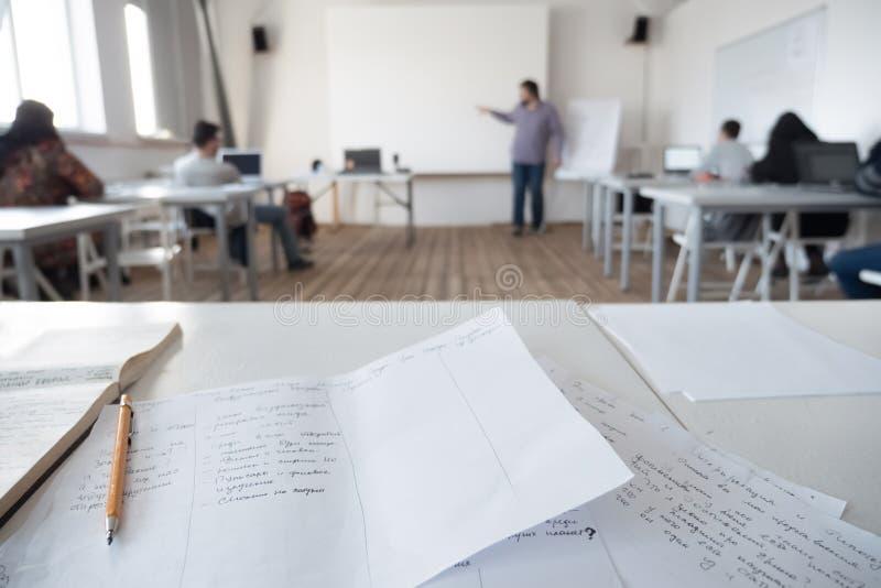 Καθηγητής με τη γενειάδα και mustache ιστοσελίδας Screensaver Αρσενικό, προειδοποίηση δασκάλων Δάσκαλος στην περιστασιακή διδασκα στοκ εικόνα με δικαίωμα ελεύθερης χρήσης