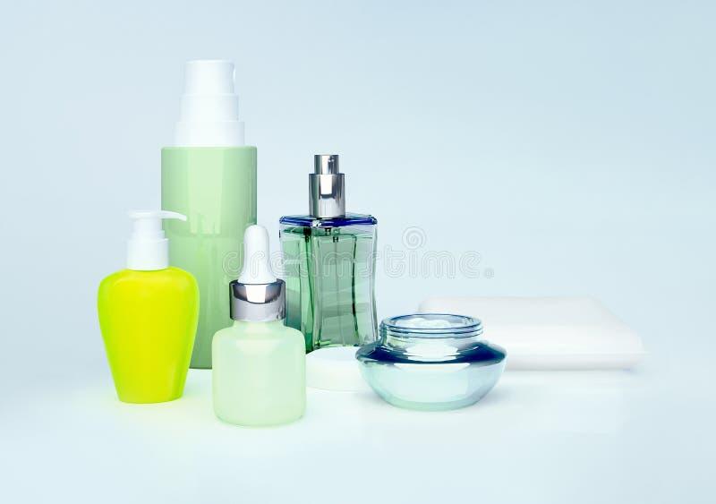 Καθημερινά, καλλυντικό προσοχής ομορφιάς Κρέμα προσώπου, κρέμα ματιών, ορός και μπουκάλι αρώματος 'Εφαρμογή' του διαφανούς βερνικ στοκ φωτογραφία
