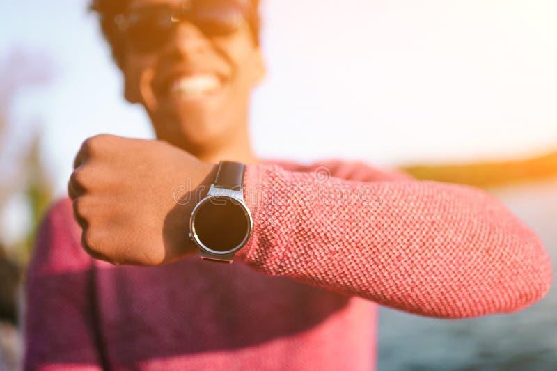 Καθιερώνων τη μόδα μαύρος που παρουσιάζει σύγχρονο wristwatch στοκ φωτογραφία με δικαίωμα ελεύθερης χρήσης