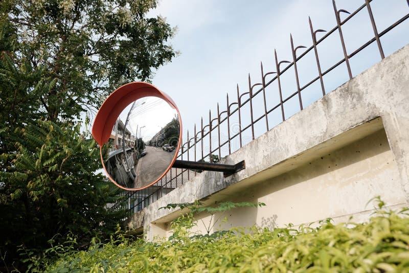 Καθρέφτης κυκλοφορίας στον τοίχο στη διατομή ή την καμπύλη του δρόμου στοκ εικόνα με δικαίωμα ελεύθερης χρήσης