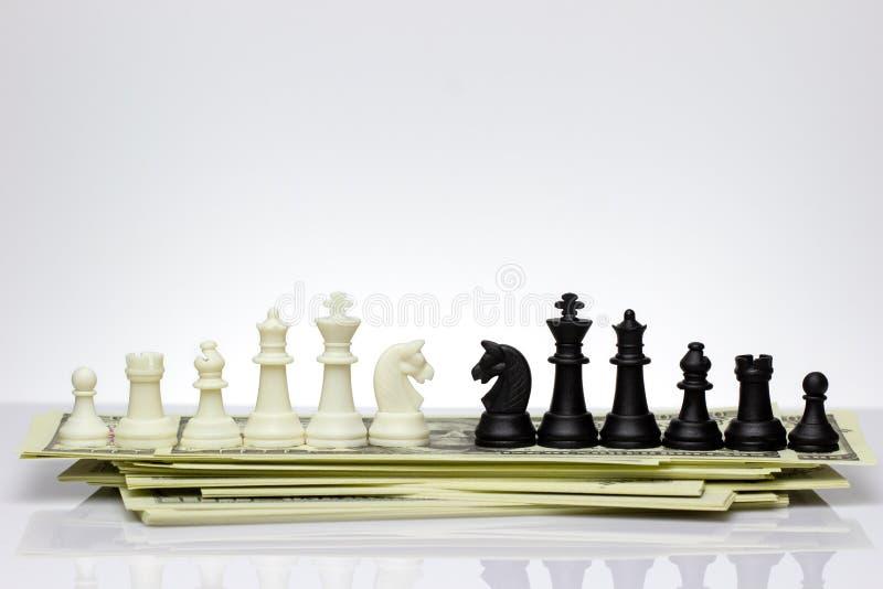 Και άσπρο και μαύρο πρόσωπο σκακιού μεταξύ τους σε ένα τραπεζογραμμάτιο δολαρίων στοκ φωτογραφία με δικαίωμα ελεύθερης χρήσης