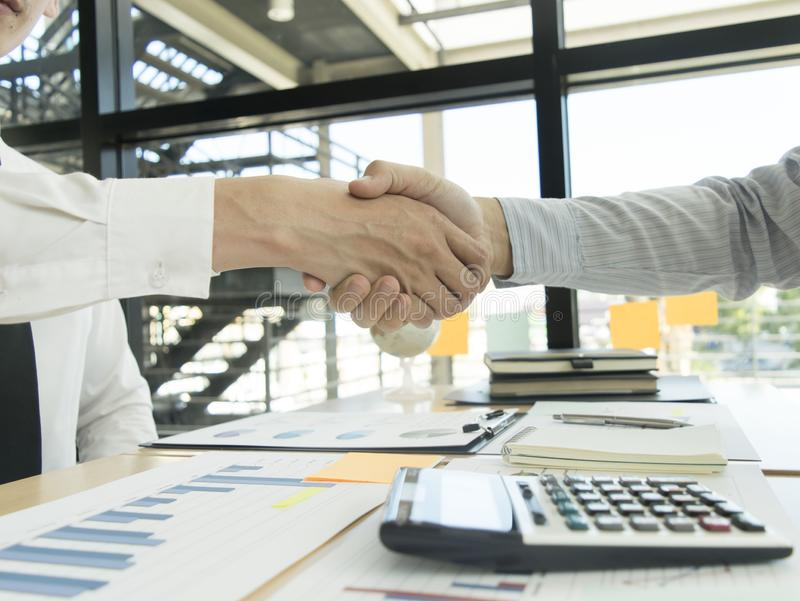 Και οι δύο ιδιοκτήτες επιχείρησης έχουν πετύχει Γίνοντα κέρδη από την ιδιοκτησία στοκ εικόνα