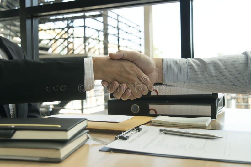 Και οι δύο ιδιοκτήτες επιχείρησης έχουν πετύχει Γίνοντα κέρδη από την ιδιοκτησία στοκ φωτογραφία
