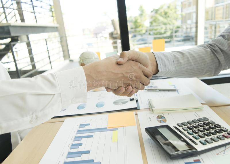 Και οι δύο ιδιοκτήτες επιχείρησης έχουν πετύχει Γίνοντα κέρδη από την ιδιοκτησία στοκ εικόνες