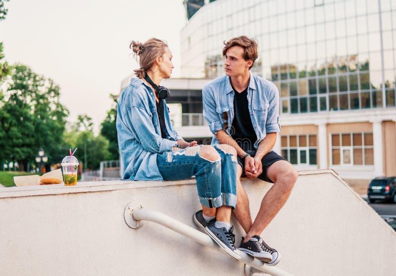 Καλό νέο ζεύγος hipster που χρονολογεί κατά τη διάρκεια του θερινού ηλιοβασιλέματος στοκ εικόνες με δικαίωμα ελεύθερης χρήσης