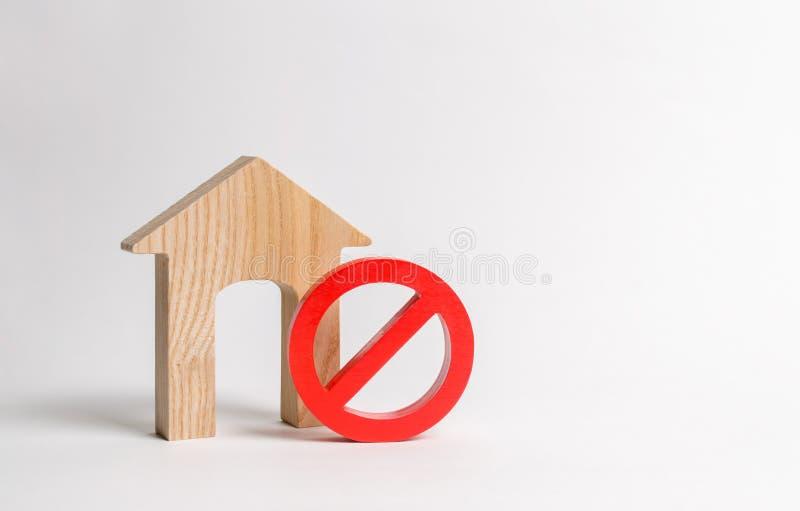 Κανένα σημάδι και το ξύλινο σπίτι Απρόσιτο του πολυάσχολου ή χαμηλού ανεφοδιασμού κατοικίας, Υψηλές τιμές κατοικίας και η απαράδε στοκ εικόνα με δικαίωμα ελεύθερης χρήσης