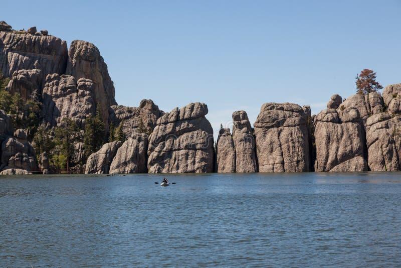 Κανό στη δασική λίμνη στοκ φωτογραφία