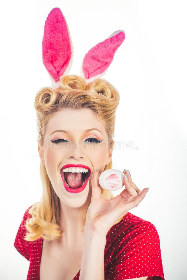 Καρφίτσα-επάνω σε Πάσχα Προκλητική γυναίκα στο κλείσιμο του ματιού αυτιών λαγουδάκι Γλυκό λατρευτό κορίτσι στα αυτιά λαγουδάκι πο στοκ εικόνες