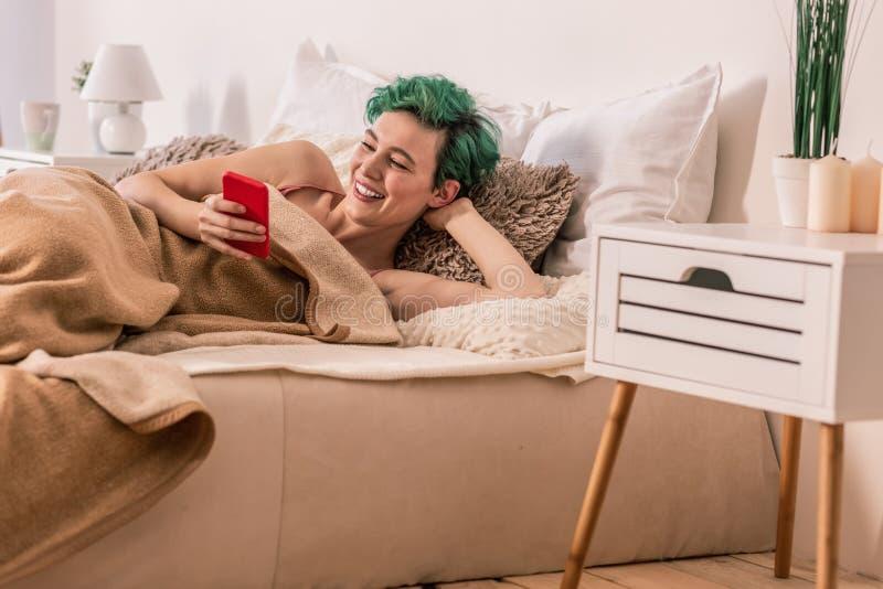 Κατάψυξη Freelancer σελίδα μέσων κρεβατιών και να τυλίξει στην κοινωνική στοκ εικόνες