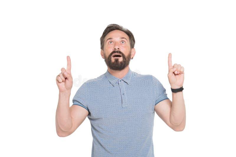 Κατάπληκτο γενειοφόρο άτομο που δείχνει τα δάχτυλά του επάνω και που κρατά το στόμα του ανοιγμένο στοκ εικόνες