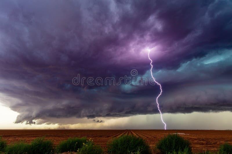 Καταιγίδα Supercell με τα σκοτεινές σύννεφα και την αστραπή στοκ φωτογραφίες με δικαίωμα ελεύθερης χρήσης