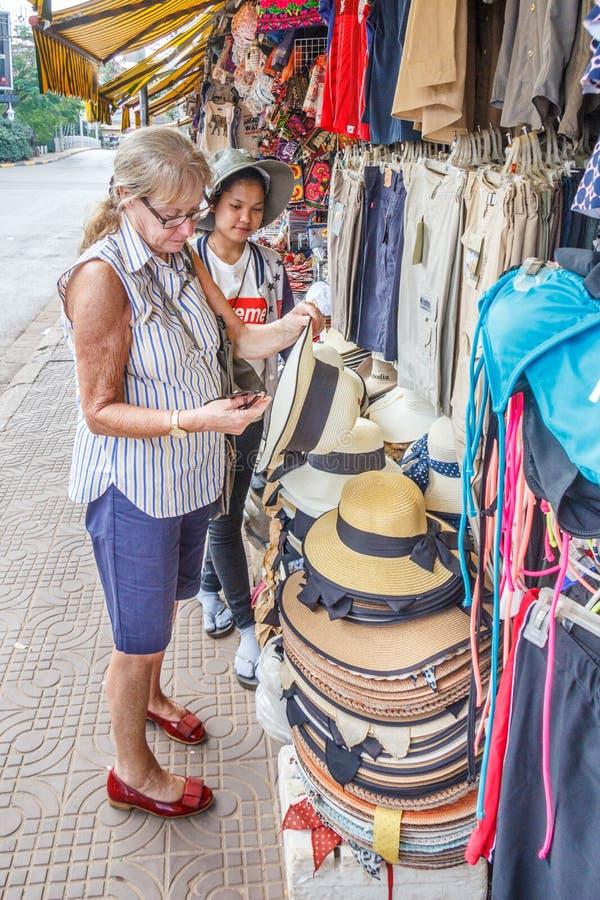 Καταστήματα τουριστών γυναικών για τα αναμνηστικά στοκ εικόνα