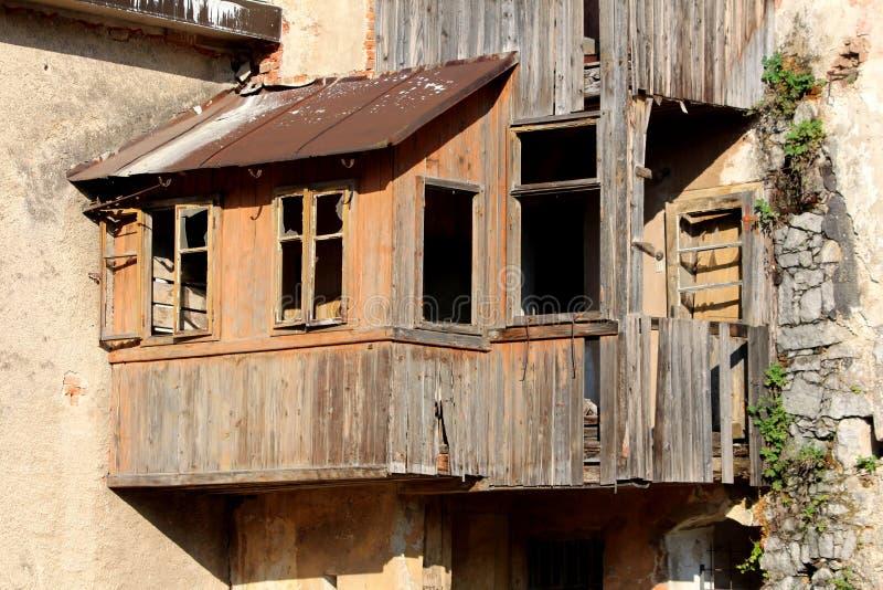 Καταστροφές του ξύλινου σπιτιού addon με τους πίνακες και το ελλείπον γυαλί στα παράθυρα και με την οξυδωμένη αναμονή στεγών που  στοκ φωτογραφίες