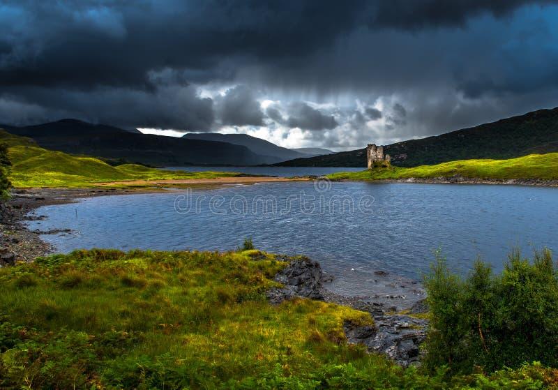 Καταστροφή Ardvreck Castle στη χερσόνησο στη φυσική λίμνη Assynt στη Σκωτία στοκ εικόνα