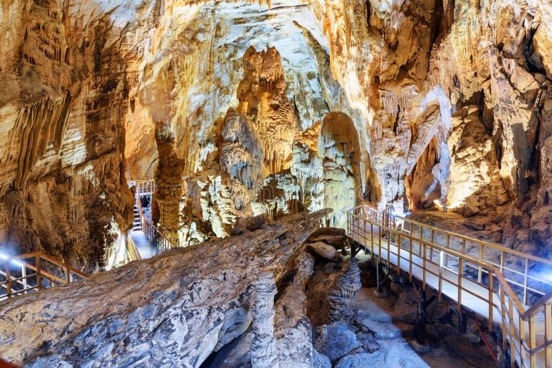 Καταπληκτική άποψη των σταλακτιτών και των σταλαγμιτών μέσα στη σπηλιά γιων Tien στοκ φωτογραφίες με δικαίωμα ελεύθερης χρήσης