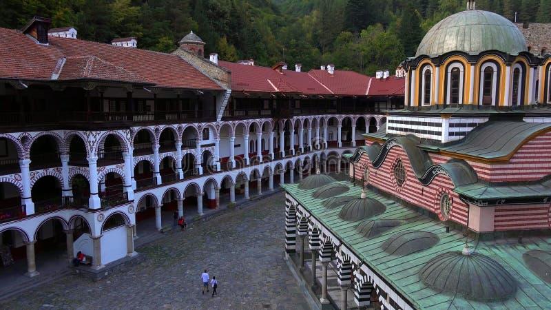 Καταπληκτικό πανόραμα των πράσινων λόφων, των λιμνών Rila και του μοναστηριού Rila, Βουλγαρία στοκ φωτογραφία με δικαίωμα ελεύθερης χρήσης