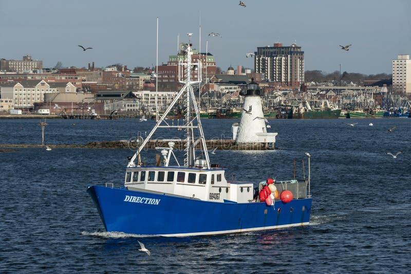 Κατεύθυνση βαρκών αστακών που περνά το φάρο στο λιμάνι του Νιού Μπέντφορτ στοκ φωτογραφία με δικαίωμα ελεύθερης χρήσης