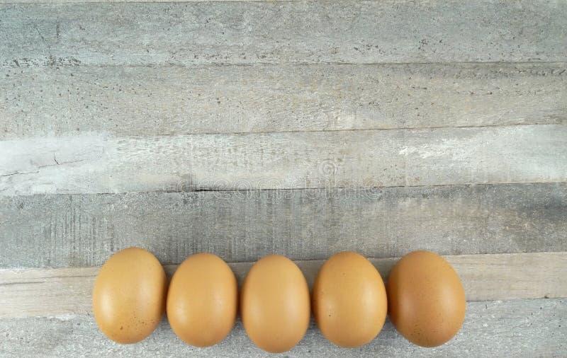 5 καφετιά αυγά κοτόπουλου στο ξύλινο υπόβαθρο στοκ εικόνα με δικαίωμα ελεύθερης χρήσης