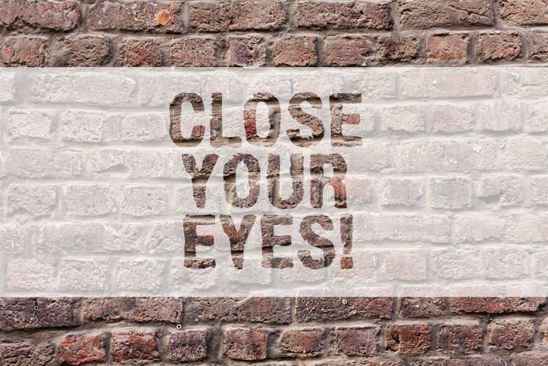 Κείμενο γραψίματος λέξης κοντά τα μάτια σας Επιχειρησιακή έννοια για την κάλυψη η θέα σας έχουμε μια έκπληξη γιατί δεν κρυφοκοιτά στοκ φωτογραφία με δικαίωμα ελεύθερης χρήσης