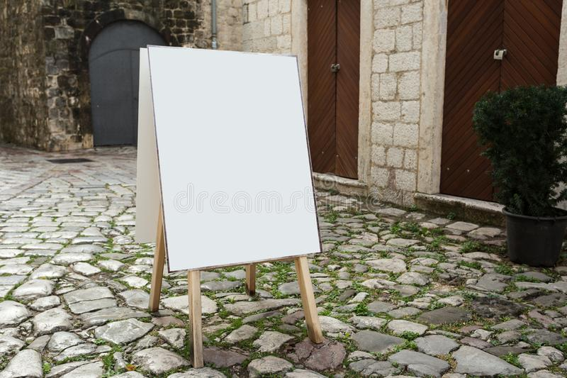 Κενή άσπρη υπαίθρια χλεύη πινάκων σάντουιτς στάσεων διαφήμισης επάνω στο πρότυπο στοκ εικόνες