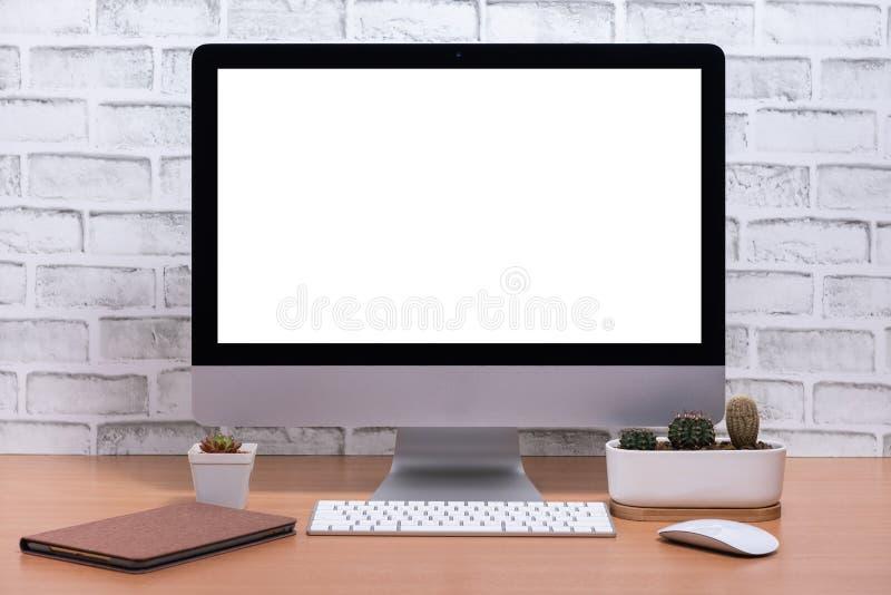 Κενή οθόνη όλοι σε έναν υπολογιστή με το δοχείο ταμπλετών και κάκτων στον ξύλινο πίνακα στοκ φωτογραφία με δικαίωμα ελεύθερης χρήσης