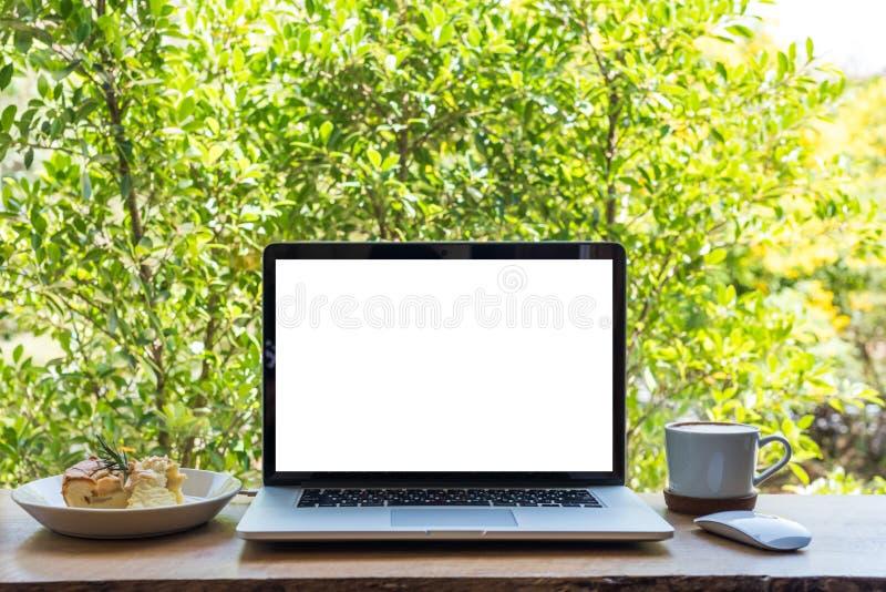 Κενή οθόνη του φορητού προσωπικού υπολογιστή με το κέικ πιτών και το φλυτζάνι καφέ στοκ φωτογραφία με δικαίωμα ελεύθερης χρήσης