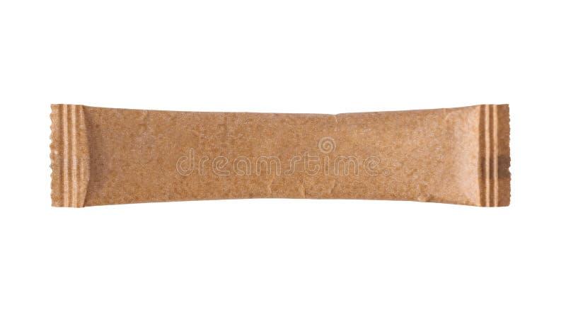 Κενή ραβδιών συσκευασία ζάχαρης σακουλιών καφετιά που απομονώνεται στο λευκό στοκ εικόνες