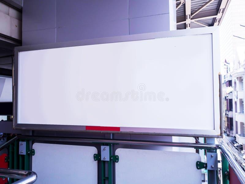 Κενή πίνακας διαφημίσεων ή αφίσα που βρίσκεται Ηλεκτρικό τραίνο στοκ εικόνες με δικαίωμα ελεύθερης χρήσης
