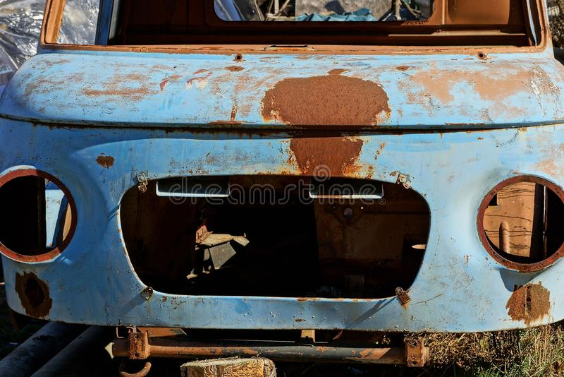 Κενή παλαιά μπλε σκουριασμένη καμπίνα αυτοκινήτων στην οδό στοκ εικόνα