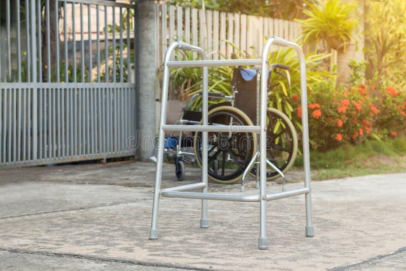 Κενοί ραβδί περπατήματος ή κάλαμος προσωπικού για τον ασθενή ή τον πρεσβύτερο ή ηλικιωμένοι άνθρωποι στο μπροστινό σπίτι, υγιής ι στοκ εικόνες