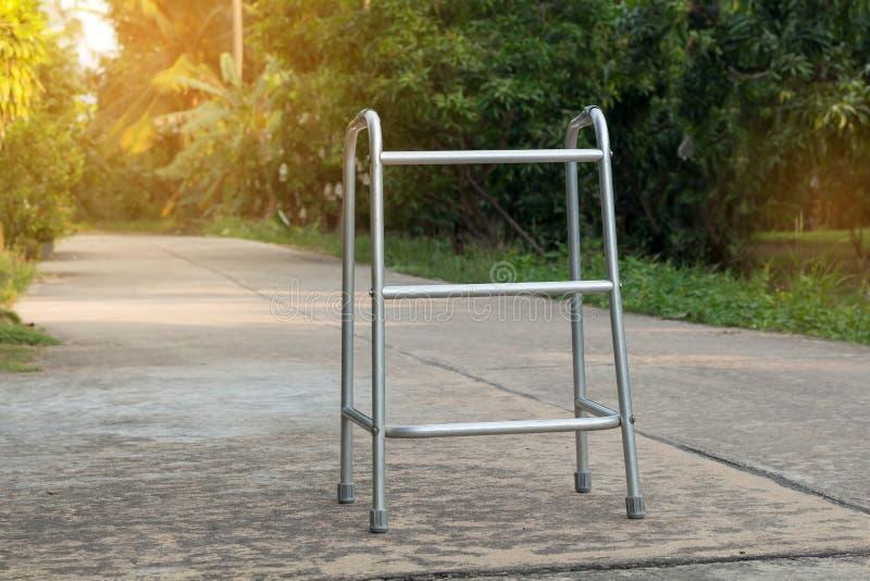 Κενοί ραβδί περπατήματος ή κάλαμος προσωπικού για τον ασθενή ή τον πρεσβύτερο ή ηλικιωμένοι άνθρωποι στο μπροστινό σπίτι, υγιής ι στοκ εικόνα με δικαίωμα ελεύθερης χρήσης