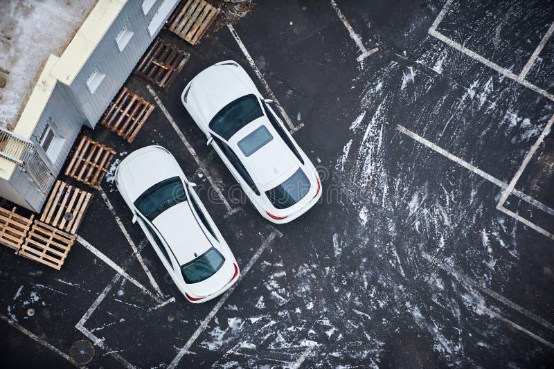 Κενοί χώροι στάθμευσης, εναέρια άποψη ο μπλε παγετός σκοτεινής μέρας κλάδων βρίσκεται χειμώνας δέντρων χιονιού ουρανού στοκ εικόνα