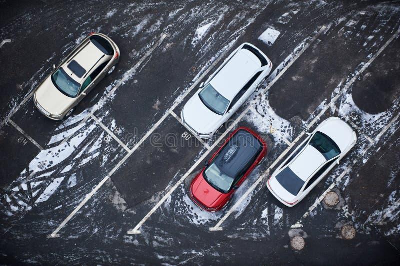 Κενοί χώροι στάθμευσης, εναέρια άποψη ο μπλε παγετός σκοτεινής μέρας κλάδων βρίσκεται χειμώνας δέντρων χιονιού ουρανού στοκ εικόνες
