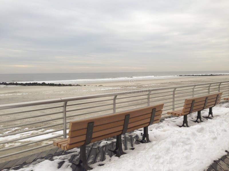 Κενοί πάγκοι θαλασσίως στο Λονγκ Μπιτς, Νέα Υόρκη στοκ εικόνες με δικαίωμα ελεύθερης χρήσης