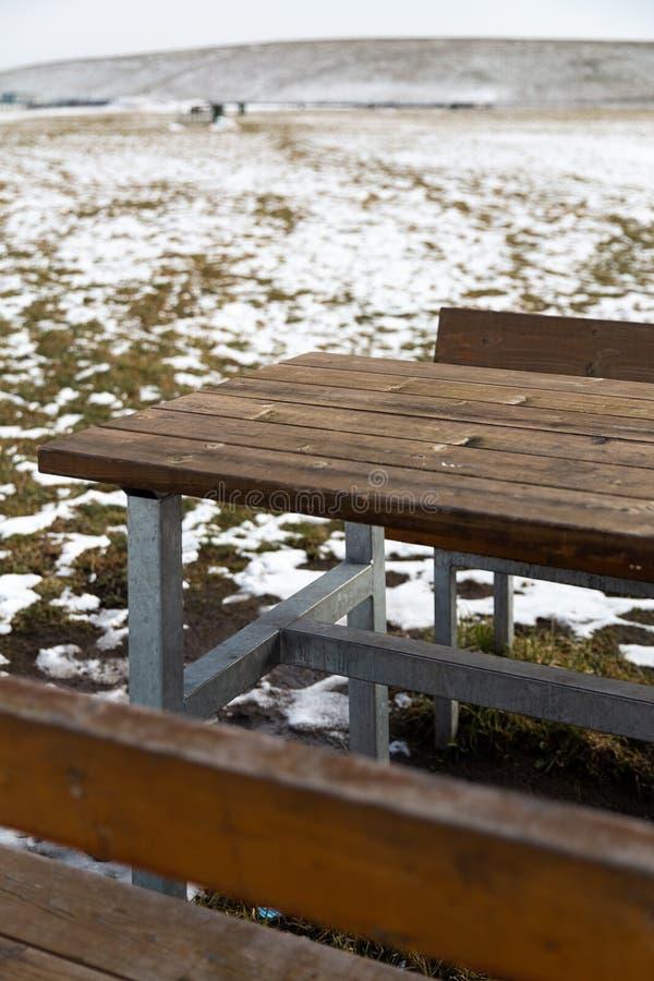 Κενός ξύλινος πίνακας με το χιόνι bokeh για έναν τομέα εστιάσεως ή ένα υπόβαθρο τροφίμων στοκ εικόνες