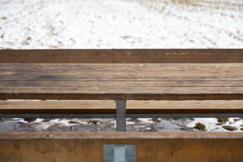 Κενός ξύλινος πίνακας με το χιόνι bokeh για έναν τομέα εστιάσεως ή ένα υπόβαθρο τροφίμων στοκ φωτογραφίες