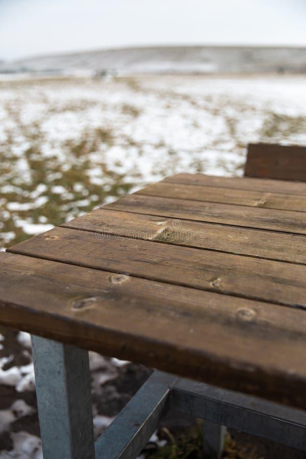 Κενός ξύλινος πίνακας με το χιόνι bokeh για έναν τομέα εστιάσεως ή ένα υπόβαθρο τροφίμων στοκ εικόνες με δικαίωμα ελεύθερης χρήσης