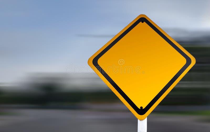 Κενό κίτρινο οδικό σημάδι με το υπόβαθρο θαμπάδων ταχύτητας στοκ εικόνες