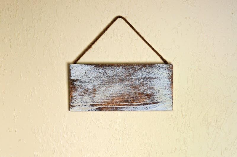 Κενό παλαιό ξύλινο σημάδι στον τοίχο στοκ φωτογραφία με δικαίωμα ελεύθερης χρήσης