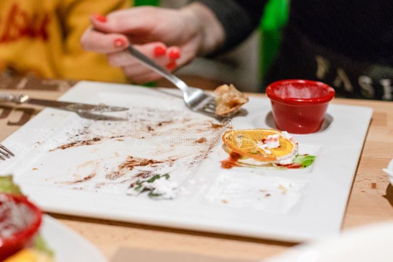 Κενό πιάτο, τα υπολείμματα του επιδορπίου Εναπομείναντας τρόφιμα στοκ εικόνες με δικαίωμα ελεύθερης χρήσης