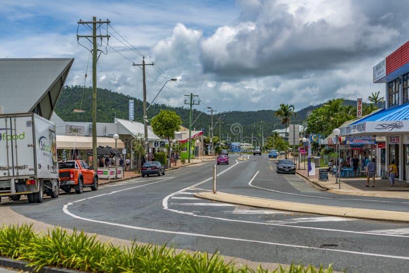 Κεντρικός δρόμος, παραλία Airlie, Αυστραλία, με τα καταστήματα και λίγα αυτοκίνητα στοκ φωτογραφίες