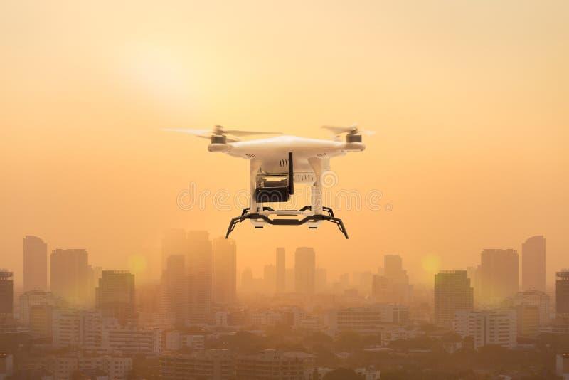 Κηφήνας που πετά για να μετρήσει τα μόρια σκόνης στον αέρα πέρα από τη μητρόπολη, τεχνολογία 4 0 έννοια στοκ εικόνες