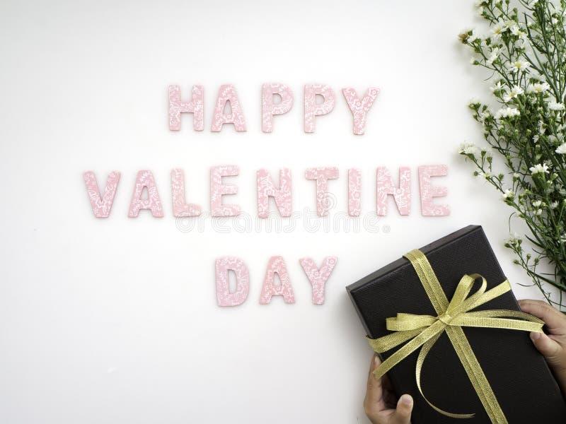 Κιβώτιο δώρων με την ημέρα βαλεντίνων λουλουδιών στοκ φωτογραφία