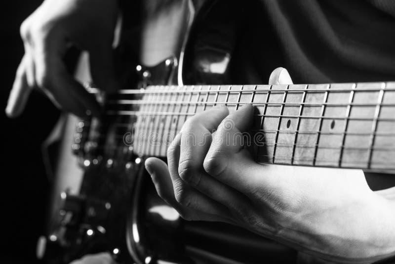 Κιθάρα, σειρά, κιθαρίστας, βράχος μουσικών μουσικό saxophone μερών οργάνων hornsection Ηλεκτρική κιθάρα, συναυλία βράχου Παιχνίδι στοκ εικόνες