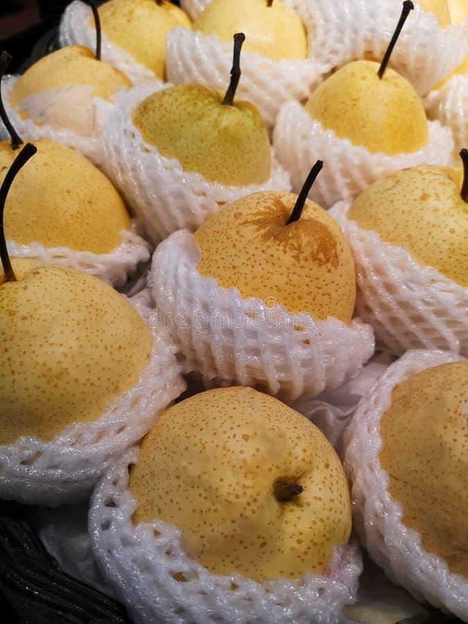 Κινεζικά φρούτα αχλαδιών που τυλίγονται στη μείωση αφρού διαθέσιμη στα ράφια στις υπεραγορές στοκ φωτογραφία με δικαίωμα ελεύθερης χρήσης