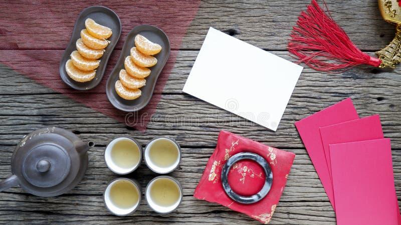 Κινεζική νέα διακόσμηση έτους στο ξύλινο υπόβαθρο με τις ομαλές περιοχές εισαγωγής κειμένων στοκ εικόνες